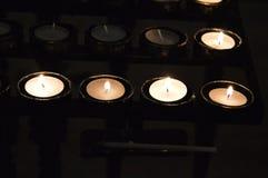Bougies à l'église locale image libre de droits