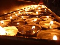 Bougies éclairées dans une église Photos libres de droits
