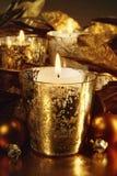 Bougies allumées avec un thème d'or images stock