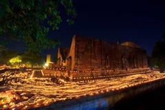 Bougies autour du temple antique Photographie stock