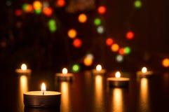Bougies avec la lumière dans une décoration romantique et des lumières defocused Bokeh Photographie stock