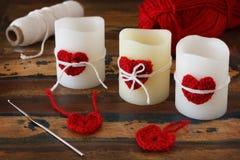 Bougies avec le coeur rouge de crochet fait main avec l'écheveau pour le saint Val Image stock