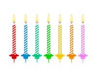 Bougies avec les flammes brûlantes de la paraffine de cire Bougies de g?teau d'anniversaire Illustration courante de vecteur illustration libre de droits