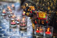 Bougies avec une sculpture en éléphant Image stock