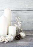 Bougies blanches avec des boules de Noël et cerfs communs de décor sur les conseils images libres de droits