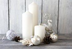 Bougies blanches avec et boules de Noël, cerfs communs de décor photo stock