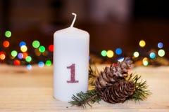 bougies blanches de Noël pour la décoration à la maison images stock