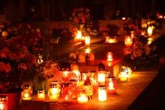 Bougies brûlant à un cimetière Photographie stock libre de droits