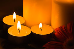 Bougies brûlant dans l'obscurité Photo libre de droits