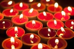 Bougies brûlant dans l'obscurité Photographie stock