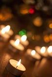 Bougies brûlant près de l'arbre de Noël Photos libres de droits