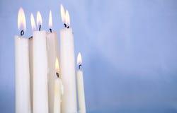 Bougies brûlant sur le fond bleu Photo libre de droits