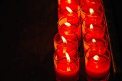 Bougies brûlantes à un temple bouddhiste, éclairage des bougies de prière Photographie stock libre de droits
