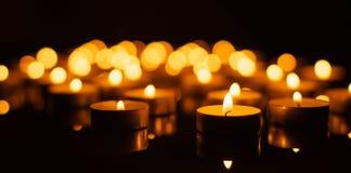 Bougies brûlantes avec la profondeur du champ Photos libres de droits