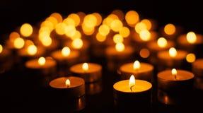 Bougies brûlantes avec la profondeur du champ Image libre de droits