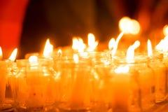 Bougies brûlantes dans des pots des vacances avec l'événement commémoratif de jour du mariage de personnes et d'enfants photos stock