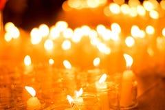 Bougies brûlantes dans des pots des vacances avec l'événement commémoratif de jour du mariage de personnes et d'enfants images stock