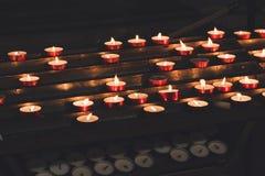 Bougies brûlantes dans l'église images libres de droits