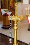 Bougies brûlantes dans l'église chrétienne Image stock