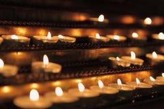 Bougies brûlantes dans l'obscurité Photos stock
