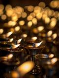 Bougies brûlantes dans un temple Images libres de droits