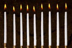 Bougies brûlantes de hanukkah dans un menorah Image libre de droits