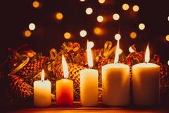 Bougies brûlantes de Noël sur la table en bois sur le fond de bokeh des guirlandes lumineuses la nuit Le concept des vacances de  photo stock