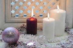 Bougies brûlantes et boule rose d'arbre de cristmas Image stock