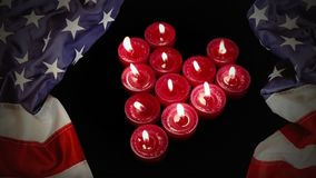 Bougies brûlantes et drapeau américain banque de vidéos