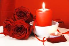 Bougies brûlantes et roses rouges Images libres de droits