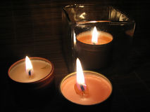 Bougies brûlantes la nuit Photos stock