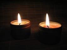 Bougies brûlantes la nuit Photographie stock