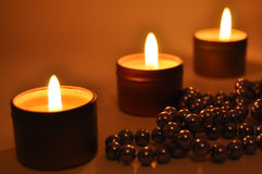 Bougies brûlantes la nuit Photos libres de droits