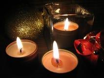 Bougies brûlantes le réveillon de Noël Images stock