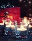 Bougies brûlantes, Noël égalisant toujours la vie image stock