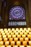 Bougies brûlant dans la cathédrale célèbre de Notre Dame de Paris Photos stock