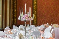Bougies brûlant dans un lustre sur la table de dîner élégante Photo libre de droits