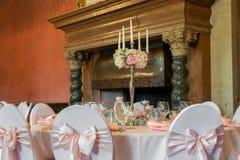 Bougies brûlant dans un lustre sur la table de dîner élégante Images stock