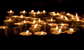 Bougies brûlant la nuit Photographie stock libre de droits