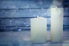 Bougies brûlant sur la planche en bois Image libre de droits