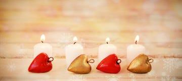 Bougies brûlant sur la planche en bois Images libres de droits