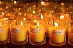 Bougies brûlantes à un temple bouddhiste Images stock