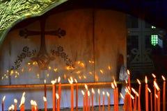 Bougies brûlantes croisées Photographie stock libre de droits