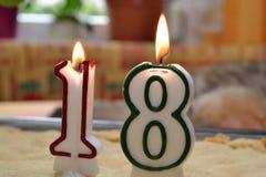 Bougies brûlantes d'anniversaire pour 18er Image stock