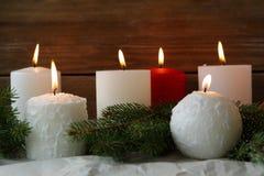 Bougies brûlantes d'avènement et sapin vert photo stock