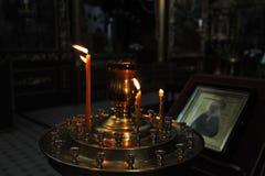 Bougies brûlantes dans l'église image libre de droits