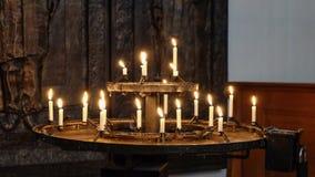 Bougies brûlantes dans l'église Photographie stock libre de droits