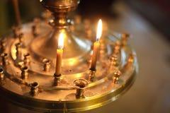 Bougies brûlantes dans l'église d'ortodox Photographie stock