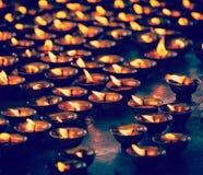Bougies brûlantes dans le temple bouddhiste McLeod Ganj, Himachal Prades Images stock
