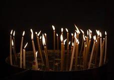 Bougies brûlantes dans une église Images libres de droits